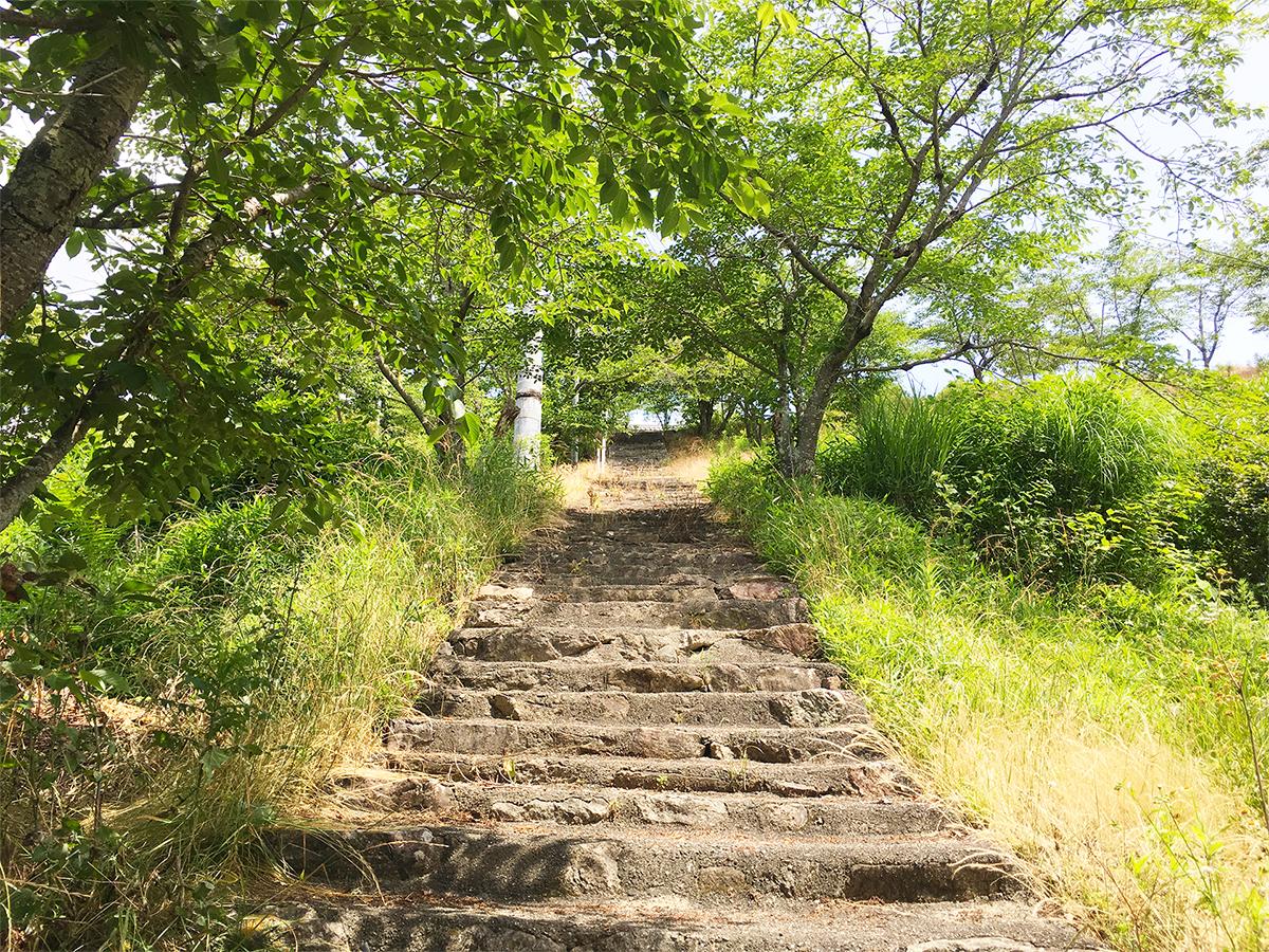 天王山の頂上にのびる石階段